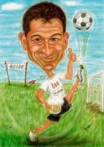 ÖBB-Fussballtrainer mit Bierglas tritt den Ball mitsamt der Wiese - Farb-Karikatur