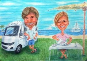 Paar mit Campingmobil am teilweise begrünten Strand